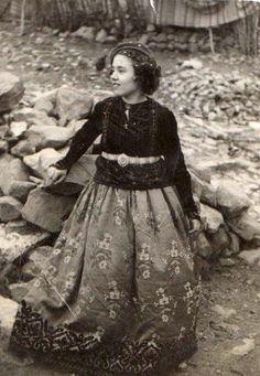 Μετσοβίτισσα ντυμένη με αποκριάτικη παραλλαγή της Μετσοβίτικης φορεσιάς. Ημερομηνία λήψης: 12/03/1955. www.metsovomuseum.gr