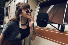 Look vintage com calça flare marrom, jaqueta jeans, corrente de óculos e camiseta customizada!  Cabelo com franja para deixar tudo mais 70's ainda! Poses, Look Vintage, Marvel Cinematic, Gardening, Instagram, Photography, Beautiful, Style, Bangs Hairstyle