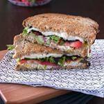 ¿Fresas en un #sandwich? Nunca se nos habría ocurrido pero hacen una combinación explosiva, como la de este sandwich de pollo, queso de cabra, mozzarella y fresas. #directoalpaladar #receta#recipe