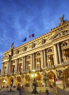 Pour célébrer la Saint Valentin, visitez le célèbre Opéra de Paris et prolongez cette visite autour d'un Kir royal. C'est après la fermeture de l'Opéra Garnier au grand public que vous retrouverez notre guide-conférencier pour une visite mystérieuse et exclusive au sein de ce chef d'œuvre architectural.  La célèbre histoire du fantôme de l'Opéra vous sera alors révélée. Découvrez le récit d'un homme mystérieux qui, en faisant du Palais Garnier sa demeure, peut vous en dévoiler toutes les…