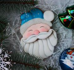 Похожий дедушка мороз был в прошлом году) Про дедушек и снеговичков спрашивали, поэтому они будут доступны к заказу. На фото пряник 13 см. 300р. По умолчанию индивидуальные пряники - в пакетиках, но по желанию, их можно упаковать в коробочку. Остальные пряники к Новому году тут ➡ #моеновогоднее⛄  #пряникиручнойработы #пряник #пряники #печеньеназаказ #имбирныйпряник