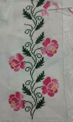 En güzel kanaviçe Cross Stitch Borders, Cross Stitch Flowers, Cross Stitch Rose, Cross Stitch Designs, Cross Stitching, Cross Stitch Patterns, Wool Embroidery, Cross Stitch Embroidery, Palestinian Embroidery