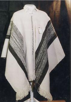 poncho en telar mapuche Poncho Salteño, Handkerchiefs, Loom Weaving, Old Women, Blankets, Textiles, Warm, Country, Craft