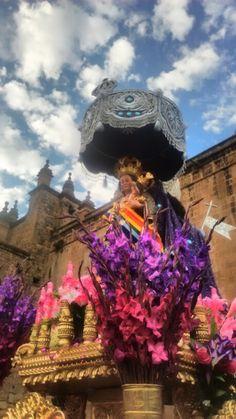 LA VIRGEN NATIVIDAD Es una bella escultura, corresponde al artista indio Juan Tomás Tuyro Túpac, réplica de la Almudena de Madrid, escultura tallada por encargo del Obispo Manuel de Mollinedo y Angulo; incluso el traje está tallado no lleva prendas de tela; lleva al Niño Jesús entre brazos. Sale del templo de la Almudena. Detrás de la Virgen va la escultura de un ángel portando una sombrilla protectora del sol. Sus andas son modestas.