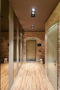 идеи дизайна прихожей кирпичная стена деревянный пол