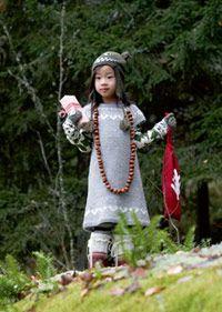 Männynkäpy-kaarrokemekko Knitting For Kids, Knit Or Crochet, Knit Dress, Malli, Colours, Christmas Ornaments, Holiday Decor, Yarns, Crocheting