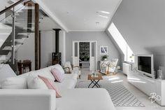 Kattohuoneiston olohuone hurmaa harmoniallaan ja tyylikkyydellään