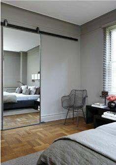 porte coulissante placard, porte-miroir, salle a coucher murs gris, chambre a coucher