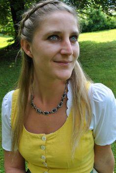 Trachtenkette Gerda - Silberne trachtige Kette mit Granat. Chain, Jewelry, Fashion, Necklaces, Rhinestones, Silver, Jewlery, Moda, Jewels