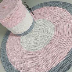 Kit fofíssimo, de tapete e cestão... ficou pronto!!! Amei a escolha de cores da cliente, muito bom gosto! Para o quartinho de uma princesa que vai chegar logo! #fiodemalha #crochê #malhamaniacas