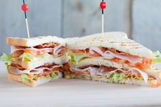 If you have eaten this club sandwich, you will never want anything else - broodrecepten - Sandwich Recipes Club Sandwich Receta, Club Sandwich Recipes, Meat Sandwich, Easy Snacks, Easy Meals, Ideas Sándwich, How To Make Sandwich, Lunch Room, Wrap Sandwiches