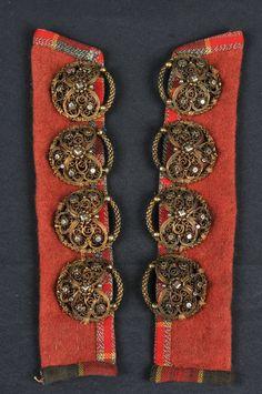 To malastolpar av raudt ulltøy, kanta med rutete bomullstøy. Rosemaling Pattern, Folklore, All Art, Norway, Vest, Museum, Hardware, Brooch, Women's Fashion