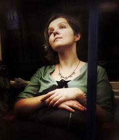 Le photographe anglais Matt Crabtree prend des portraits des passagers du métro londonien et les retravaille pour leur donner l'apparence d'être des personnages de peintures du 16e siècle. Vous pouvez voir l'ensemble de ses travaux sur son site.