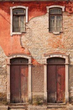 Fachada abandonado con las ventanas y puertas de madera en Portugal