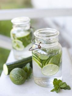 Infused Water Pour lime, cucumber and mint into your water for a refreshing, calorie-free drink. Fun idea for St. Cucumber Infused Water, Infused Water Recipes, Cucumber Drink, Jus Detox, Mint Water, Fruit Water, Lemon Diet, Sweet Coffee, Daily Vitamins