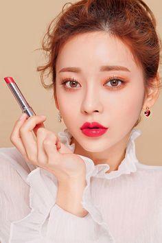 Korean Make Up Look #Akiwarinda #KoreanBeautyTips Korean Makeup Look, Asian Makeup, Beauty Quotes Makeup, Korean Beauty Tips, Beauty Makeup Photography, Korean Make Up, Beauty Shoot, Beauty Hacks Video, Gorgeous Makeup