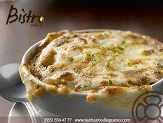 Cómo preparar una #Sopa de #Cebolla: 1. Pelar y cortar las cebollas en finísimas rodajas. 2. Freír las rodajas de cebolla en un sartén con aceite de oliva. 3. Hervir el caldo de verduras a fuego lento.  4. En una olla para horno, verter el caldo y las cebollas. 5. Cubrir el caldo con pan y queso. 6. Meter el recipiente al horno para que el #queso se gratine y quede dorado. (aprox. 10-15 minutos)