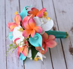 This is a beautiful -almost fresh- Coral Orange and Teal Turquoise Mix of Orchids, Calla Lilies and Plumerias Natural Touch Wedding Bouquet, made with the most realistic silk flowers available. You can choose between a 10 and 11 Wide Bouquet. The first 3 Pictures Shown a 11 Wide, last picture shows a 10 Wide. We can also CUSTOM DYE the turquoise aruba callas to match your specific color :) Since we will custom make this bouquet for you, if youd like us to customize it adding or changing a…