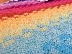 Kuva 3/4. Värin vaihtuessa jatketaan neliökuviota, mutta neulotaan joka toinen neliö uudella värillä.
