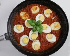 Le uova all'agretto le preparava spesso mamma, quando voleva anticiparsi la cena. e' un piatto semplice, mediterraneo e saporito.+ La base di questo piatto è un condimento originario palermitano il sugo picchi pacchi, che, in questo caso, è stato ulteriormente arricchito da un agrodolce per contrast