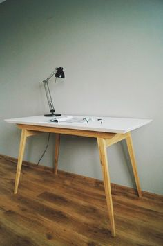 """Prezentowany mebel pochodzi z kolekcji """"Oak and White"""",zaprojektowany jako biurko może służyć również jako stół lub blat pomocniczy."""
