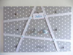 Pinnwand mit Sternchenstoff und Bändern: Praktische und dekorative Aufbewahrungsmöglichkeit im Baby- u. Kinderzimmer. Hier finden alle Lieblingsdinge Platz, z. B. Schnuller, Kuscheltiere,...