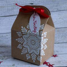 Leckereien-Box verziert mit dem Wintermedaillon, weiß embossed #CarosBastelbude