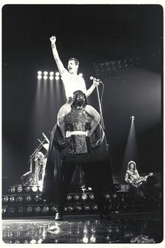 El gran Freddie Mercury cantando We will rock you en los hombros de Darth Vader (1980).