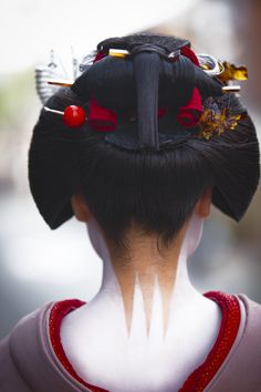 Maiko (apprentice geisha) wears Sakko hairstyle and erotic neck design, Japan. Geisha Make-up, Geisha Kunst, Samurai, Japanese Kimono, Japanese Art, Traditional Japanese, Japanese Style, Japanese Beauty, Asian Beauty