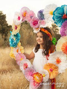 Photocall de corazón hecho con flores de papel. http://www.papermoonandco.com/