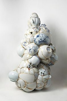 Kintsugi Artist Yee Sookyung takes shattered ceramics and puts them back together with gold to create amazing art. Kintsugi, Contemporary Ceramics, Contemporary Artists, Ceramic Pottery, Ceramic Art, Instalation Art, Sculptures Céramiques, Paperclay, Art Object