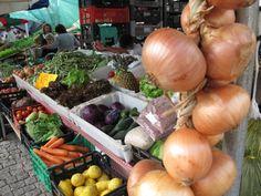 Die typisch hängenden Zwiebeln.. Foto: Doris Montage, Onion, Portugal, Vegetables, Food, Onions, Essen, Vegetable Recipes, Meals