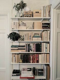 Bookshelf Inspiration, Room Inspiration, Room Ideas Bedroom, Bedroom Decor, Aesthetic Room Decor, Aesthetic Indie, Dream Apartment, Home And Deco, My New Room