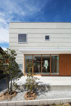 all photos(C)笹倉洋平 / 笹の倉舎 若林秀典建築設計事務所が設計した、滋賀の住宅「米原の家」です。 敷地は滋賀県米原市、伊吹山麓に位置する自然豊かな集落にある。北側には生家でもある両親の住まいがあり、中庭を挟んで子世帯の住宅を新たに計画する。今もなお地域との繋がりが強いこの場所において、親から子へ受け継がれてゆく地域コミュニティを享受するためのパブリック性と家族のプライバシーを確保することの両立が求められた。 ※以下の写真はクリックで拡大します 以下、建築家によるテキストです。 ********** 米原の家 敷地は滋賀県米原市、伊吹山麓に位置する自然豊かな集落にある。北側には生家でもある両親の住まいがあり、中庭を挟んで子世帯の住宅を新たに計画する。今もなお地域との繋がりが強いこの場所において、親から子へ受け継がれてゆく地域コミュニティを享受するためのパブリック性と家族のプライバシーを確保することの両立が求められた。 そこで1階はリビングダイニングを中心とした開放的な空間に。南北の大開口を開け放てば、南庭のテラスから北側の中庭ま...