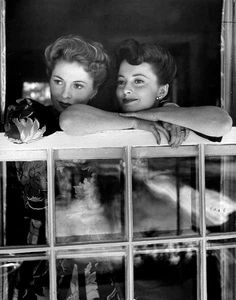 RARE photo of sisters Joan Fontaine and Olivia De Havilland together.