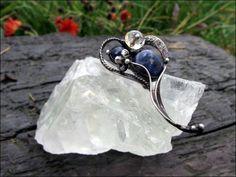 """Brož+-+esprit+pur+Brož-+,,esprit+pur""""+je+vyroben+pomocí+cínu,+(+cín+neobsahuje+olovo),+brožového+můstku,+drátku,+tromlovaného+sodalitu,+drobného+lapisu+lazuli+a+čirého+skleněného+korálku.+Šperk+je+patinován+a+následně+očištěn+specielním+antioxidačním+olejem.+Brožje+zabalená+do+dárkové+krabičky.+Velikost+šperku+je6,5x4cm."""