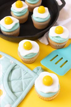 Make a set of adorable fried egg cupcakes by adding simple cupcake toppers made out of fondant and gumballs to your favorite cupcakes! Cupcakes Fondant, Cupcakes Cool, Egg Cupcakes, Egg Cake, Themed Cupcakes, Cupcake Fimo, Simple Cupcakes, Breakfast Cupcakes, Girl Cupcakes