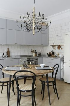 Great kitchen decor ideas: Searching for kitchen design ideas? Create a welcoming atmosphere with these easy kitchen decor tips. Click the link for more. Farmhouse Kitchen Decor, Kitchen Interior, New Kitchen, Kitchen Stuff, Craftsman Farmhouse, Modern Craftsman, Kitchen Wood, Kitchen Ideas, Cosy Kitchen