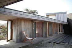 Bygde hytta over sprekken i landskapet - Aftenposten Modern Wooden House, Wooden House Design, Tiny House, Panama, Weekend House, Prefab Homes, Little Houses, Small Houses, Lund