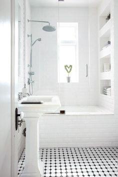 weißes lichtdurchflutetes Badezimmer mit eingemauerter Badewanne