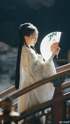 Traditional Fashion, Traditional Outfits, Chinese Culture, Chinese Art, Poses, Foto Cowgirl, Geisha Art, Art Asiatique, Ancient Beauty