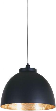 Hanglamp Bola is een fraaie lamp, die met zijn grote bol uw eetkamertafel graag in het zonnetje zet. De zwarte bol heeft een doorsnede van 45cm en is voorzien van een goud-kleurige binnenzijde. Deze kleurencombinatie maakt Bola bijzonder stijlvol; hanglamp Bola past dan ook in iedere moderne inrichting.