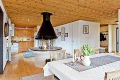 Välkommen till Vadmalsvägen 1!  Ett lugnt fint hörnläge i populära Nåntuna. Huset är ca 160 kvm och byggt i vinkel vilket skapar en privat, insynsskyddad ba