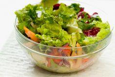 平日の朝食にサラダを食べたい! 朝は時間に余裕がないので、前日に準備できれば楽ですよね。しかし、作り置きをすると野菜がしなびたり、水っぽくなってしまいます。 そこで、イラストレーターのYumi Sakugawaさんによる「サラダをおいしく保存する方法」をご紹介します。 1. サラダのドレッシングをボウルの底に入れる。 ...