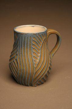 Sembrerebbe ottenuto passando, con un pettine o altro, della barbottina di un colore bluastro sul vaso di base
