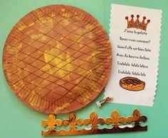 la galette des rois réalisé avec 2 assiettes en carton, nous avons laissé une ouverture pour y glisser à l'intérieur la couronne la fève et la comptine