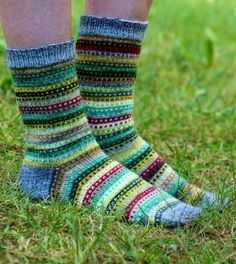 Pujoliivi: Jämäilyä Beautiful scrap yarn socks. No pattern but looks like each colour is used for two rows (once as the background and then as the main colour).