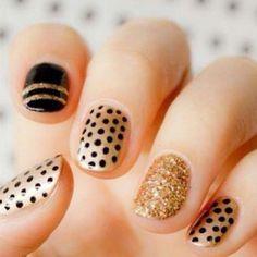 Diseños de uñas #nails design #polka dots #dots nails #gold #gold and black #original #elegant nails #uñas #uñas elegantes #uñas doradas #dorado con negro #uñas de puntos