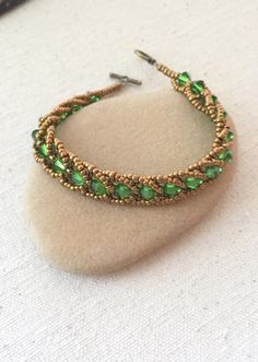 Seed bead jewelry Perfect for Beginners!: Easy Flat Spiral Bracelet ~ Seed Bead Tutorials Discovred by : Linda Linebaugh Beaded Bracelets Tutorial, Beaded Bracelet Patterns, Beading Patterns, Beaded Necklace, Beading Ideas, Bead Earrings, Embroidery Bracelets, Free Seed Bead Patterns, Jewelry Making Tutorials