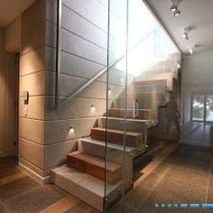 Pasillo, hall y escaleras de estilo  por DV8 Architects
